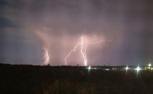 В Луганске объявили штормовое предупреждение: ночью и днем— грозы, ливни, град и шквалы ветра