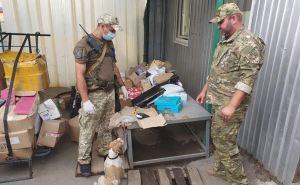 На КПВВ «Станица Луганская» задержан мужчина, который переносил чужую посылку