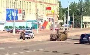 В воскресенье, в центре Луганска перевернулся военный автомобиль