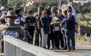 Взгляд со стороны Луганска: Президенты Швейцарии и Украины на КПВВ «Станица Луганская». ФОТО
