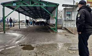 Сегодня через КПВВ Станица Луганская не пускают без установки приложения «Дий вдома» и самоизоляции.