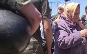 Мошенники на КПВВ «Станица Луганская» не только обманывают стариков, но и не дают им пройти дальше