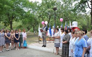 Мужчинам из Стаханова удобнее будет ждать семейного счастья у местного роддома. ФОТО