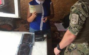 Луганчанка взялась за 200 грн перенести чужую посылку через КПВВ «Станица Луганская» и попала в крупные неприятности. ФОТО
