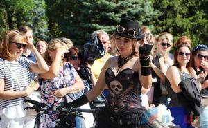 Леди-улыбка и Кровавая медсестра прокатились на велосипеде по центру Луганска в честь Дня города. ФОТО