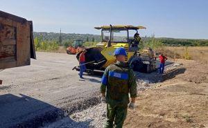 Со стороны Луганска к новым КПВВ в Счастье и Золотом укладывают новый асфальт
