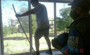 В школе прифронтового Золотого-5 удалось заменить окна поврежденные обстрелами. ФОТО