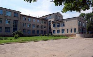 В Славяносербске центральную районную больницу проверяли на взрывчатку, больных коронавирусом выгнали на улицу