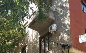 В центре Луганска аварийный балкон угрожает безопасности школьников школы №20. ФОТО. ВИДЕО