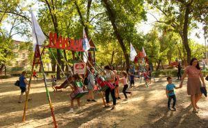 В луганском сквере Победы местный предприниматель установил детскую площадку. ФОТО