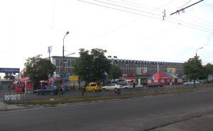 В Северодонецке ветер чуть не сорвал крышу на здании рынка в центре города. ВИДЕО