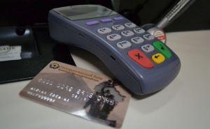 Луганчанам угрожают COVIDом и рекомендуют пользоваться пластиковыми картами местных банков