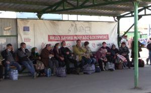 Около 50 человек не смогли пройти через КПВВ и остались под открытым небом в Станице Луганской. ФОТО