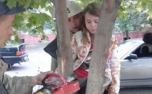 Девятилетняя девочка застряла между веток дерева. Пришлось вызывать спасателей. ФОТО
