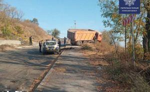 КАМАЗ снес столб на Поповой горе в Лисичанске