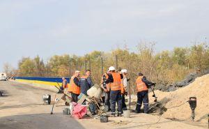 На мосту в Счастье с украинской стороны идут работы по оборудованию КПВВ. ФОТО