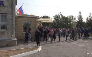 В Луганском МРЭО снова огромные очереди: не хотят платить штрафы за украинские автономера