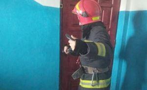 В квартале Мирный ребенка из закрытой квартиры освободили спасатели