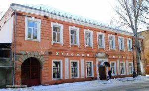 В Луганске открылась выставка к 75-летию художественной школы