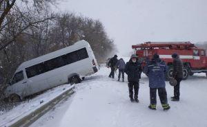 Вчера спасатели вытаскивали из снежных заносов «Скорую помощь» и маршрутное такси. ФОТО