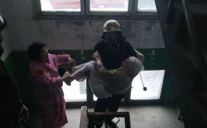 В Луганске спасатель на руках вынес пенсионерку. из горящей многоэтажки. ФОТО