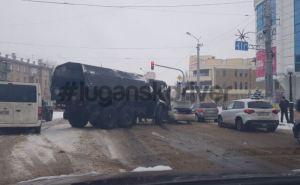 Из-за гололеда военный КАМАЗ влетел в легковушку на Оборонной.  ФОТО