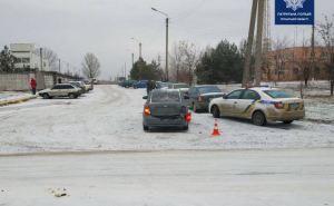 В Рубежном на скользкой дороге столкнулись три автомобиля
