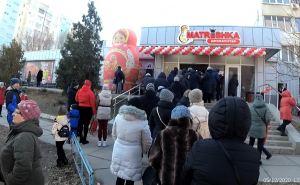 На открытии супермаркета «Матрешка» луганчане забыли о мерах предосторожности. ФОТО