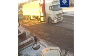 Камеры наблюдения зафиксировали как грузовик сбил пешехода в Кременной и скрылся с места ДТП. ФОТО