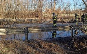 В Краматорске перевернулась автоцистерна с дизтопливом. На дорогу вытекает 36 тонн топлива. ФОТО