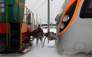 «Укрзалізниця» заявила о проблемах в движении поездов из-за непогоды и обледенения контактной сети