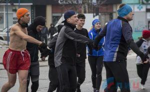 Первого января в одних трусах водили хоровод вокруг главной елки Луганска. Причем, как оказалось— трезвые. ФОТО