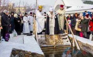 Митрополит Митрофан освятил самую большую крещенскую купель в Луганске. ФОТО