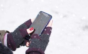Из-за морозов у пенсионеров на КПВВ возникли проблемы с приложением «Дома» и смартфонами.