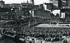 75 лет назад на месте нынешнего Майдана повесили 12 нацистов. За этим наблюдали 200 тысяч киевлян. ФОТО