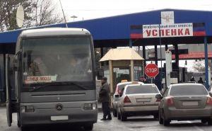 На границе с Россией большое скопление автомобилей. В Успенке продают места в очереди