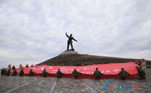 У памятника «Комбат» под Славяносербском развернули 200 метровое Знамя Победы. ФОТО