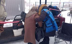 Пропуск людей через КПВВ «Станица Луганская» возобновлен. Но, люди в очередях еще мерзнут