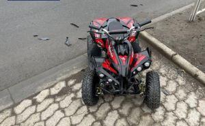 Четырехлетний ребенок выехал на дорогу на детском квадрацикле и попал под автомобиль. ФОТО