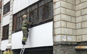 В Луганске спасатели помогли открыть квартиру, где случайно закрылся 5-летний ребенок. ФОТО