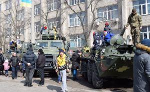 В Северодонецке разместили новую бронетехнику на центральной площади города. ФОТО