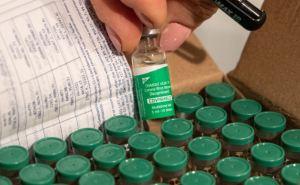 Прививку индийской вакциной сделали луганским журналистам. Какие будут последствия