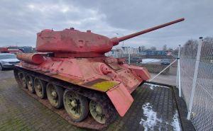 В рамках месячника сдачи оружия предложили танк Т-34 розового цвета и самоходку СУ-100. ФОТО