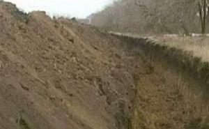 В Луганской области на границе сРФ опять начали рыть ров. Местные жители возмущены. ВИДЕО