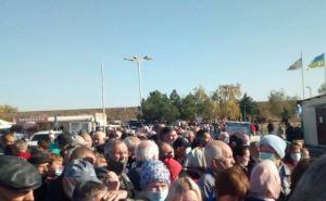 На КПВВ «Станица Луганская» никого не пускают в Украину. В серой зоне застряли несколько сотен людей