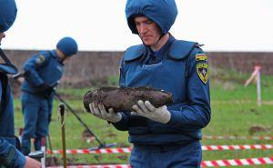 На школьном дворе в Донецке обнаружили неразорвавшийся артиллеристский снаряд. ФОТО
