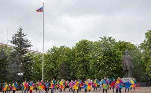 Не смотря на погоду в центре Луганска провели танцевальный флешмоб. ФОТО