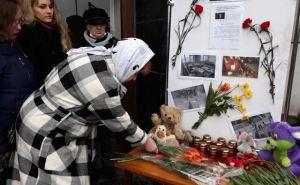 В Алчевске жители организовали стихийный мемориал в память о погибших в Казани. ФОТО