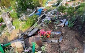 В Перевальске танк осквернил кладбище