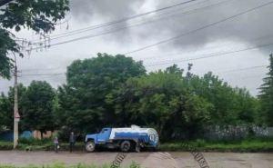 В Луганске автоцистерна провалилась под землю